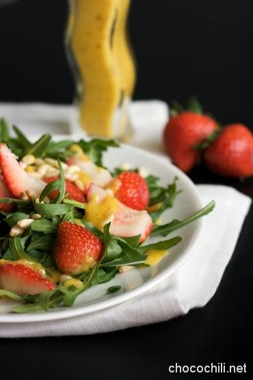 mansikka-rucolasalaatti